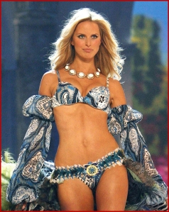karolina_kurkova_belly_button1